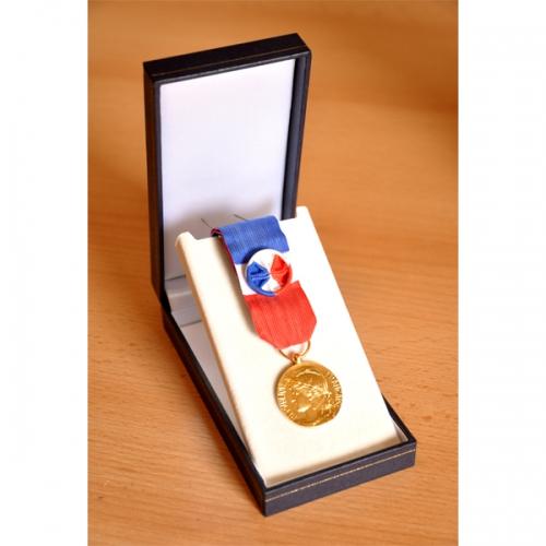 MEDAILLE DU TRAVAIL 30 ANS - qualité bronze doré. 2